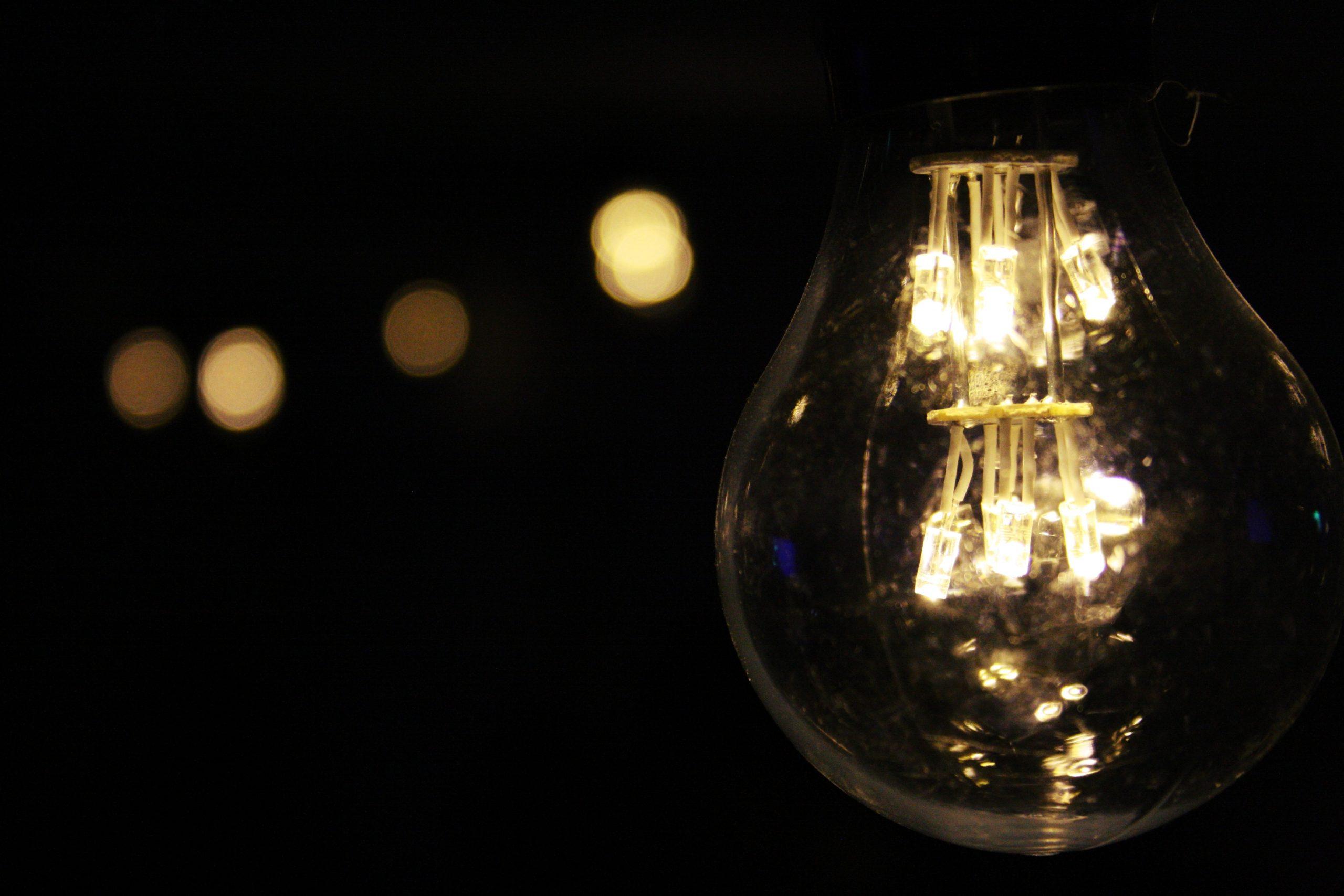 黑夜裡發光的燈泡