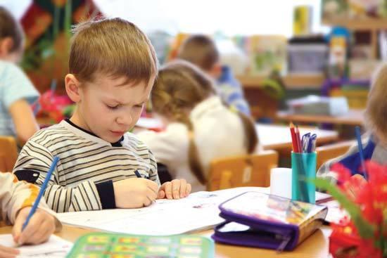 澳洲幼稚園小男孩在畫畫